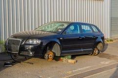 被放弃的和打破的汽车 免版税库存图片