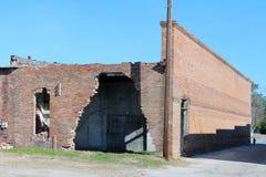 被放弃的和损坏的砖瓦房 免版税库存图片