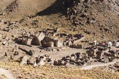 被放弃的和腐朽的房子全景在圣安东尼奥de Lipez圣安东尼奥火山脚步的鬼魂村庄  免版税图库摄影