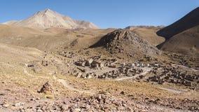被放弃的和腐朽的房子全景在圣安东尼奥de Lipez圣安东尼奥火山脚步的鬼魂村庄  免版税库存图片