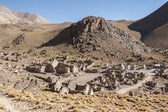 被放弃的和腐朽的房子全景在圣安东尼奥de Lipez圣安东尼奥火山脚步的鬼魂村庄  免版税库存照片