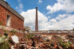 被放弃的和被毁坏的工厂废墟  库存照片