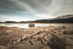 被放弃的和部分地被淹没的石大厦在惊叹的湖 免版税库存图片