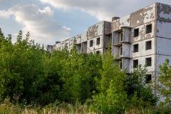 被放弃的和长满的五层房子在鬼魂镇,夏天 免版税库存图片