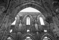 被放弃的哥特式修道院 免版税图库摄影