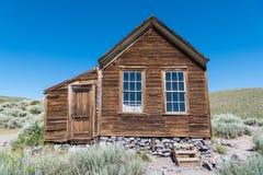 被放弃的土气木头支持的家在Bodie鬼城在加利福尼亚 库存照片