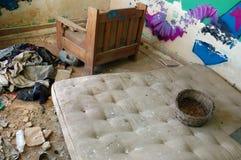 被放弃的坏的房子床垫 库存照片