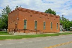 被放弃的城镇厅在一个小镇 库存图片