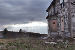 被放弃的大厦与不进入标志 免版税库存照片