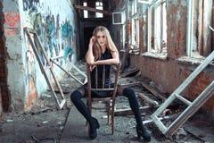 被放弃的大厦的女孩 免版税库存图片