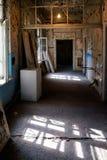 被放弃的大厦的破旧的走廊与窗口和门的 免版税库存图片