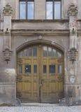 被放弃的大厦的被成拱形的木门 库存照片