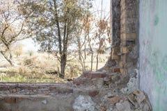 被放弃的大厦 内河港的废墟在其中一个城市中在东欧 免版税图库摄影