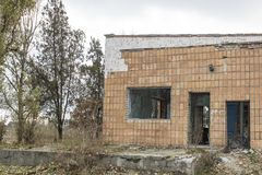 被放弃的大厦 内河港的废墟在其中一个城市中在东欧 库存图片
