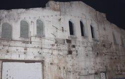 被放弃的大厦 黑暗和恐怖 一个老大厦的背景与窗口的 空白的伞 黑暗的天空 图库摄影