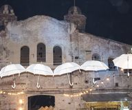 被放弃的大厦 黑暗和恐怖 老背景大厦 空白的伞 免版税库存图片