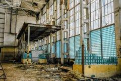 被放弃的大工业大厅 从大块玻璃的残破的墙壁 免版税库存图片