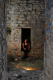 被放弃的女孩goth家 免版税库存照片