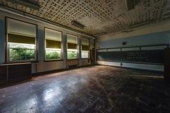 被放弃的学校教室 免版税库存照片