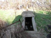被放弃的宅基地窖 免版税库存照片