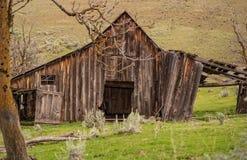 被放弃的宅基谷仓在俄勒冈的高沙漠地区 库存照片