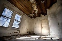 被放弃的家庭房子改善需要老 库存照片