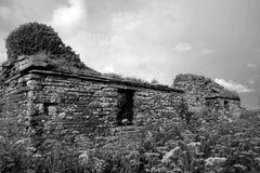被放弃的小农场房子 免版税库存照片