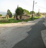 被放弃的小屋和路 免版税库存图片
