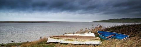 被放弃的小船全景风景在盐水湖岸的有博士的 免版税库存图片