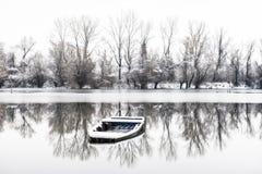 被放弃的小船在一个冻湖 图库摄影