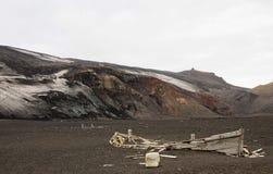被放弃的小船在欺骗岛,南极洲 免版税库存图片