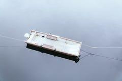 被放弃的小船在水中 库存图片