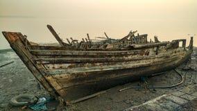 被放弃的小船在Sewri,印度 免版税图库摄影