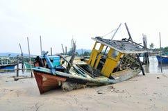 被放弃的小船 免版税库存照片