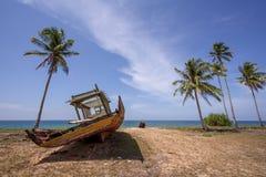 被放弃的小船 免版税库存图片