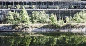 被放弃的工业大厅在罗马尼亚,在看法之外,反射了  库存图片