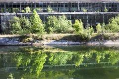 被放弃的工业大厅在罗马尼亚,在看法之外,反射了  图库摄影