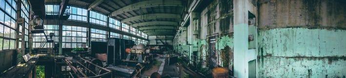 被放弃的工业工厂全景射击在Efremov,俄罗斯 一个大车间的全景用老和生锈的设备 免版税库存照片