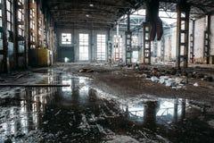 被放弃的工业蠕动的仓库,老黑暗的难看的东西工厂厂房 库存图片