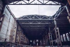 被放弃的工业蠕动的仓库,老黑暗的难看的东西工厂厂房 免版税库存图片
