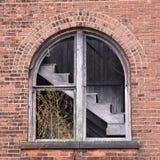 被放弃的工厂楼梯看法  免版税图库摄影