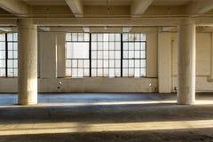 被放弃的工厂行业内部大商店 免版税库存图片