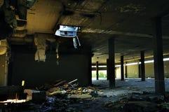 被放弃的工厂被撕碎的材料 免版税库存照片