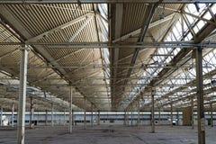 被放弃的工厂设备,内部细节 被损坏的和被破坏的工业齿轮,金融危机,就业损失  免版税库存照片