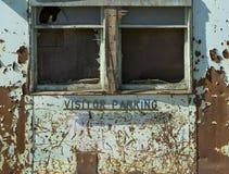 被放弃的工厂访客停放的外部 库存图片