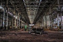 被放弃的工厂遗弃大黑暗的工业机械大厅  免版税图库摄影