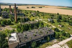 被放弃的工厂,被毁坏的大厦疆土空中全景,用管道输送 图库摄影