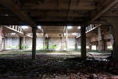 被放弃的工厂,被破坏的墙壁 免版税库存照片
