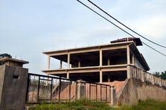 被放弃的平房房子 免版税库存照片