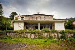被放弃的开采的鬼魂镇Jantuha,阿布哈兹 被毁坏的空的房子 免版税库存图片